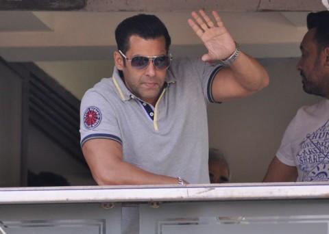 Salman-zwaait