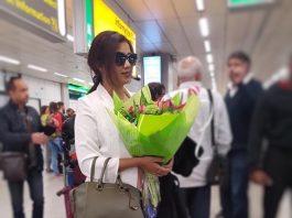 Shreya Ghoshal aangekomen op Schiphol voor show vanavond