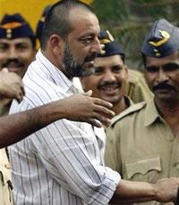'Straf' voor politie na felicitatie Sanjay Dutt