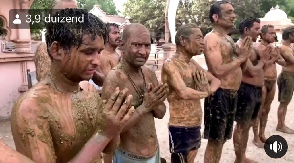 Groep Indiërs gelooft dat koeienpoep helpt tegen corona