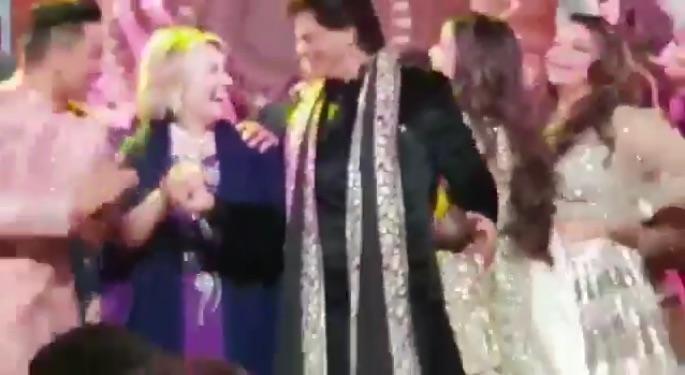 Hillary Clinton en John Kerry dansen met Shahrukh Khan in India